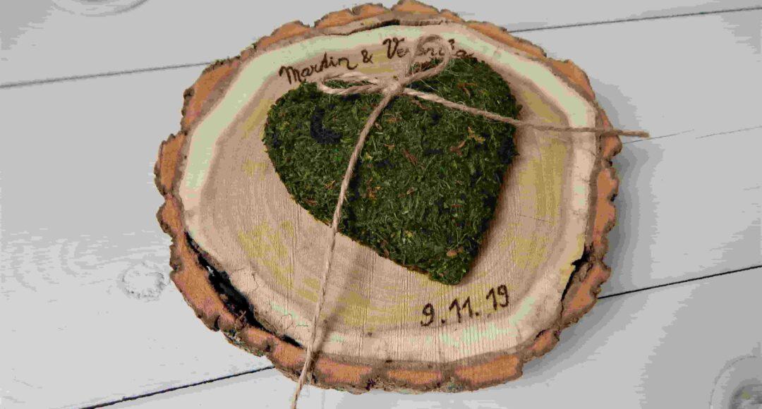 dřevěný podnos pod svatební prstýnky
