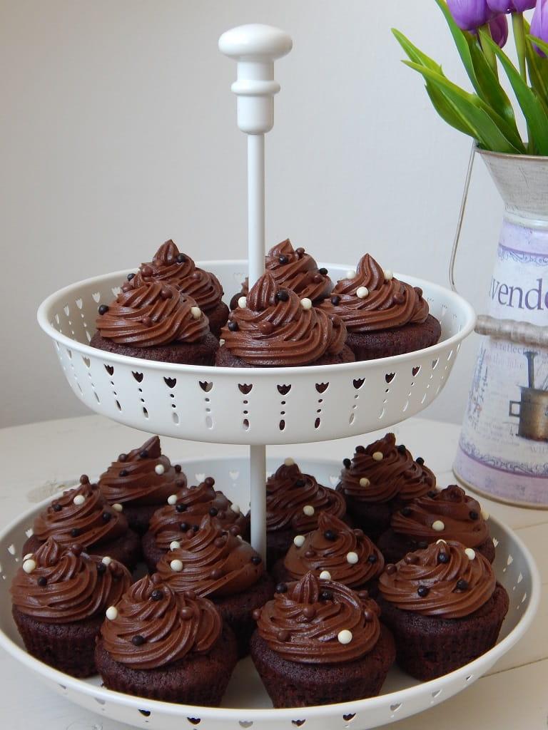 čokoládové cupcakes s nutellou ve stojanu