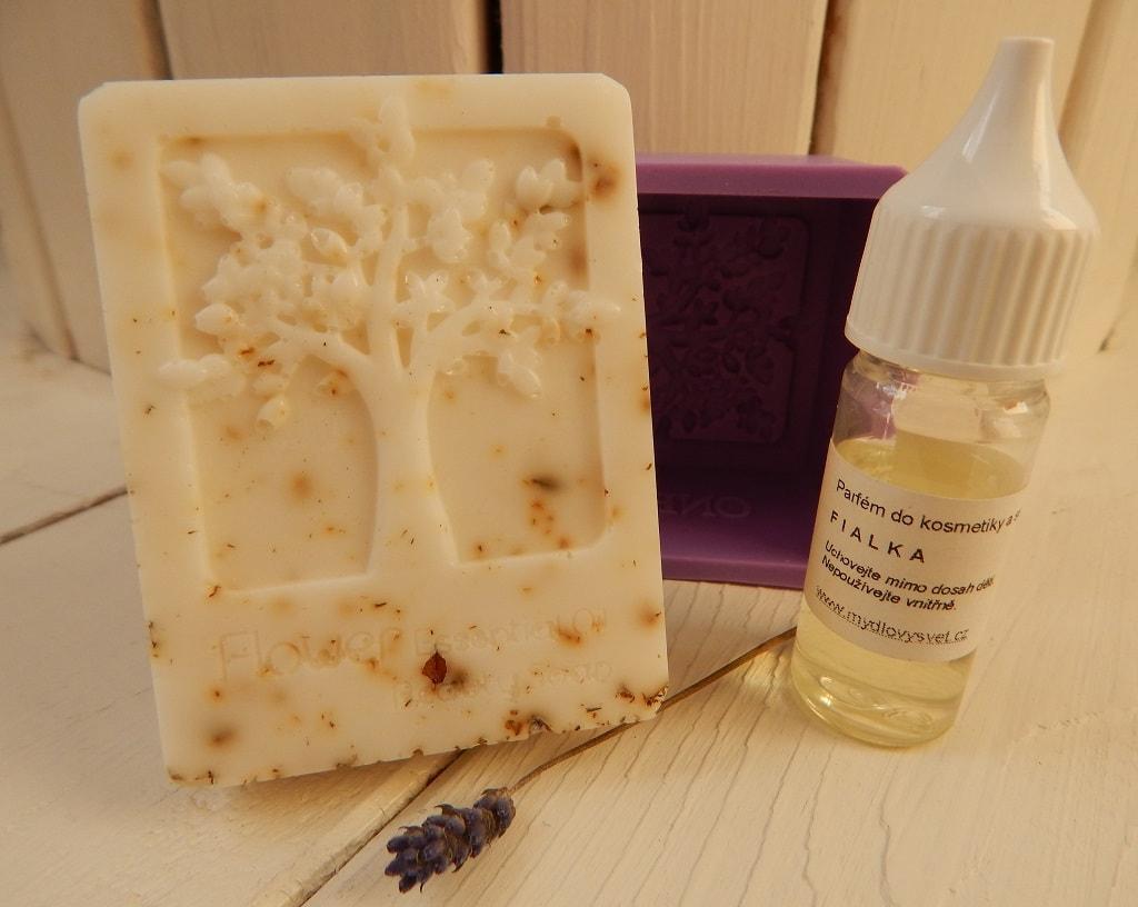mýdlová hmota s bambuckým máslem a silikonová forma