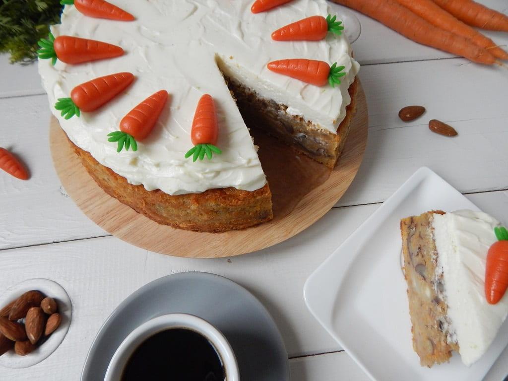 rozkrojený mrkvový dort