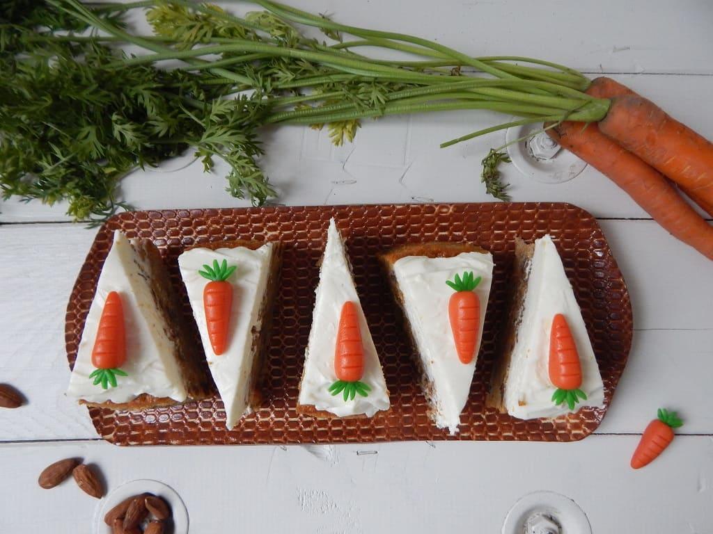 nakrájený mrkvový dort