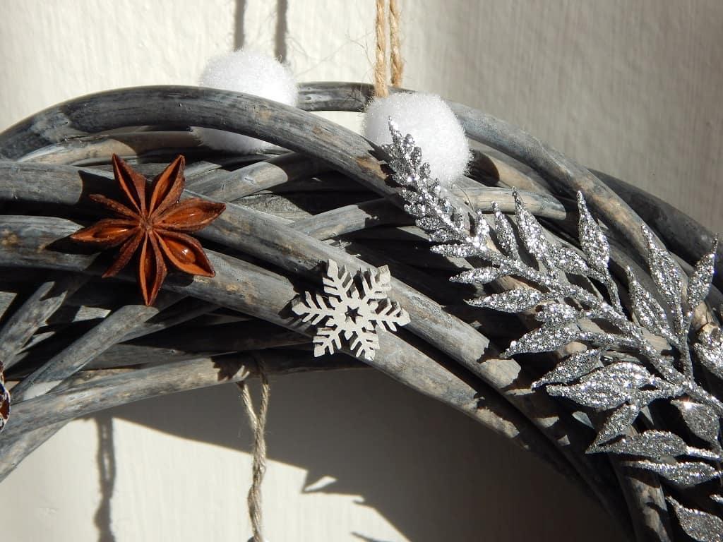 drobné dekorace na zimním věnci