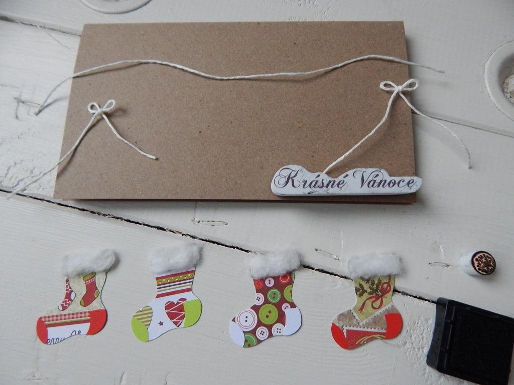 vánoční přáníčko se zavěšenými punčochami