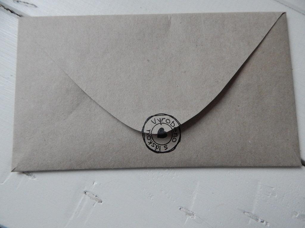 obálka z balicího papíru