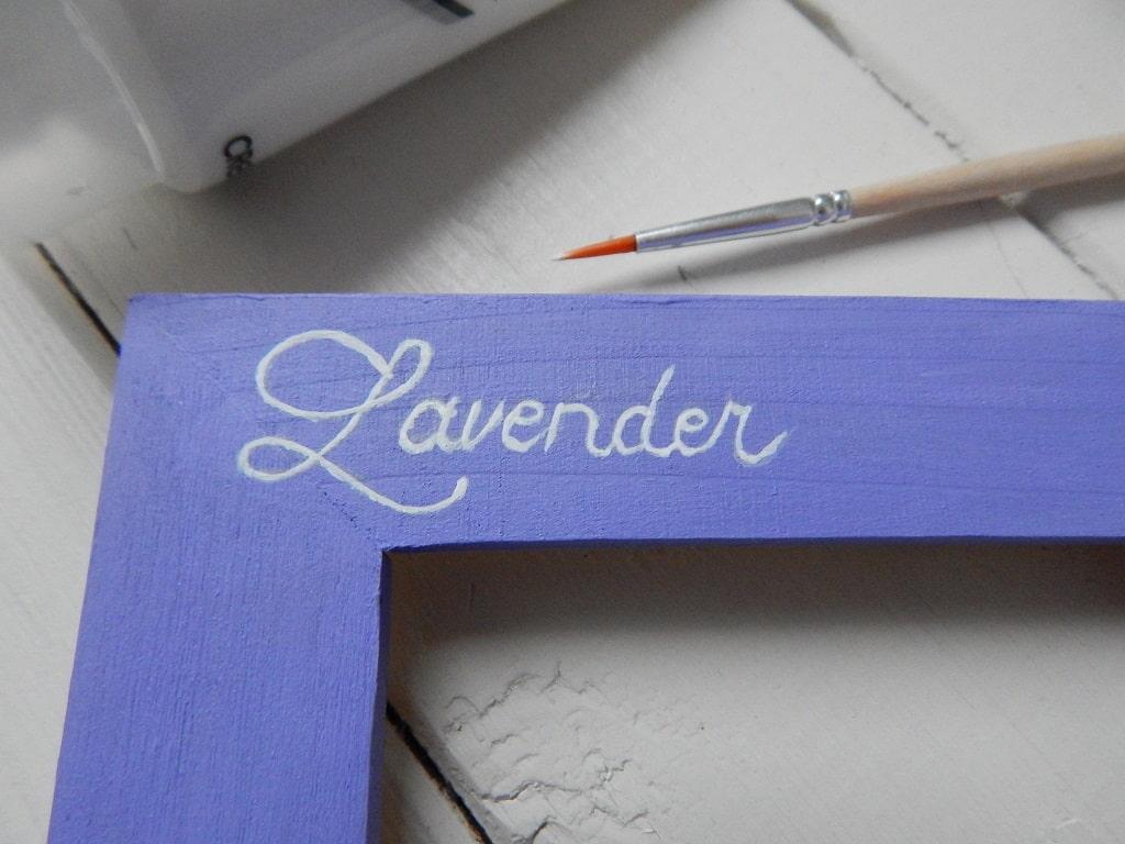 Lavender text na fialovém podkladu