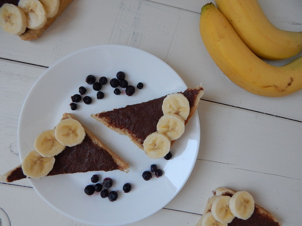 čokopomazánka z lískových oříšků s banánem a borůvkami
