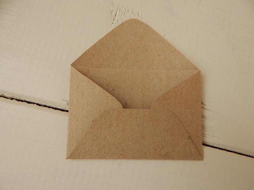 vlastnoručně vyrobená obálka z balicího papíru