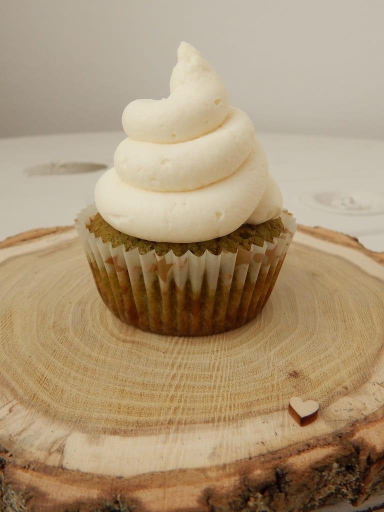 matcha cupcake na dřevěné kulatině