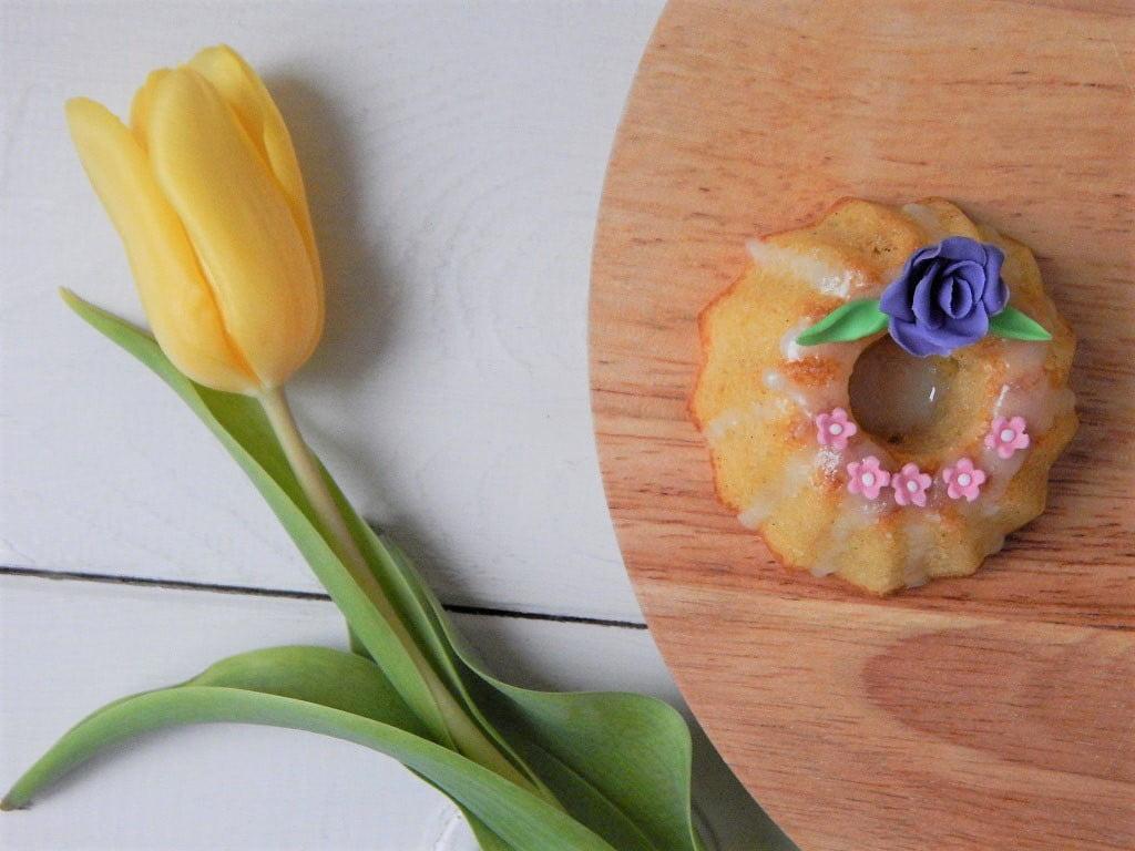 citronová mini bábovka na bílém talíři