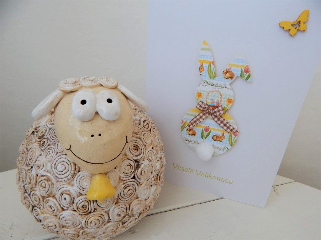 ovečka z keramiky a velikonoční přání