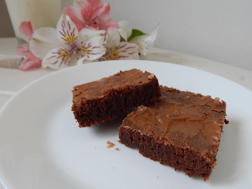 čokoládové brownies na bílém talíři