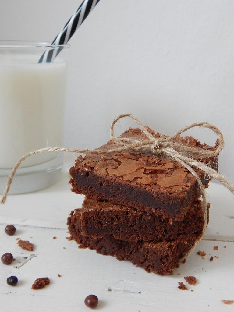 čokoládové brownies se sklenicí mléka